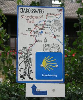 Bild mit Schild zur Wegbeschreibung des Jakobswegs