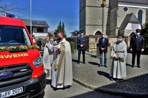 Pfarrer Witti segnet das neue Feuerwehrauto